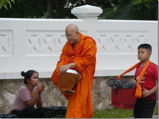 Louang Prabang - Aumône (34)