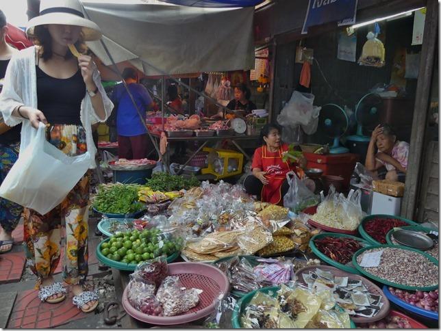 Maeklong - railway market (15)