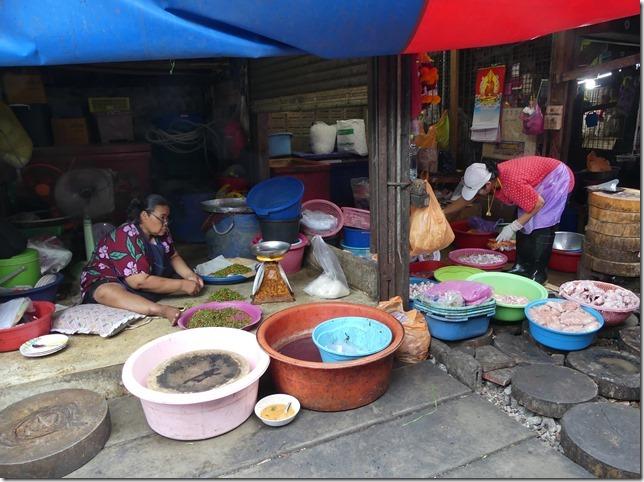 Maeklong - railway market (16)