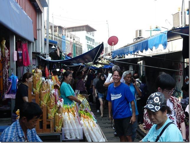 Maeklong - railway market (22)