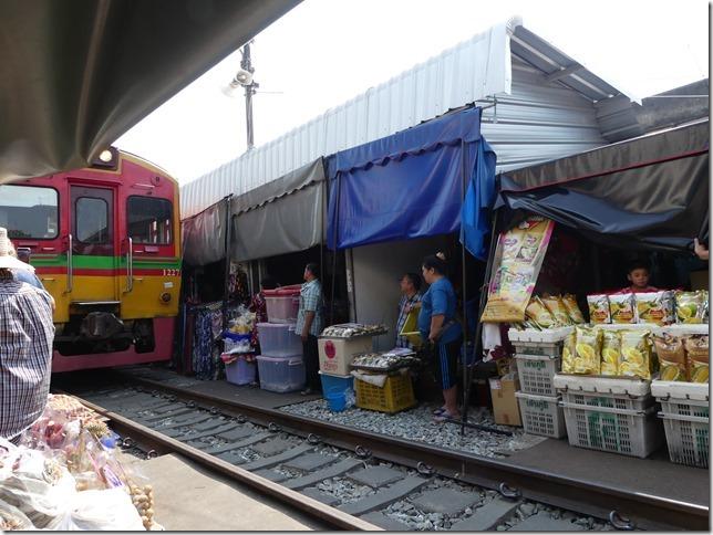 Maeklong - railway market (28)