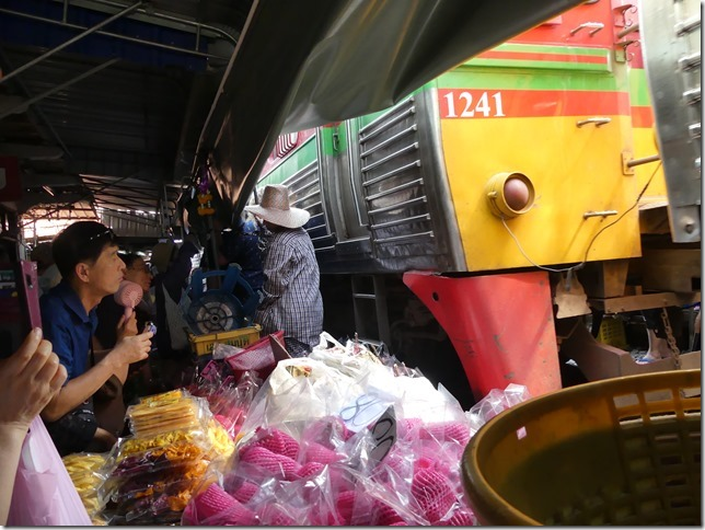 Maeklong - railway market (30)