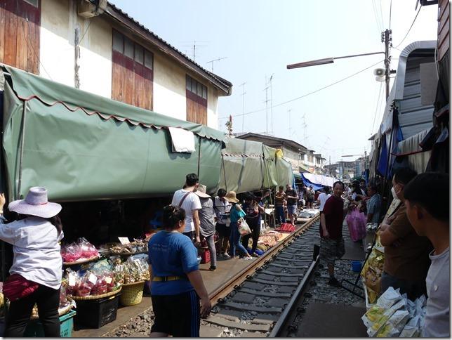 Maeklong - railway market (36)