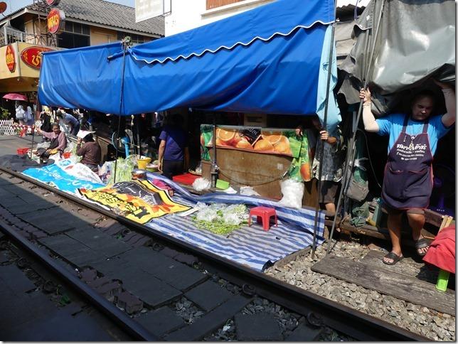 Maeklong - railway market (37)