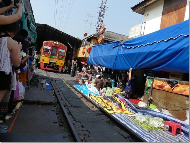 Maeklong - railway market (39)