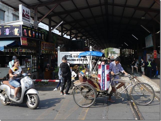 Maeklong - railway market (4)