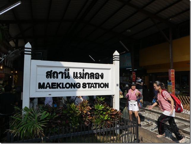 Maeklong - railway market (5)