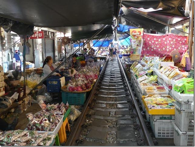 Maeklong - railway market (6)